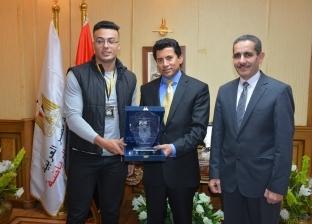 وزير الشباب والرياضة يكرم أمير محمد سيد بطل العالم في القوة البدنية
