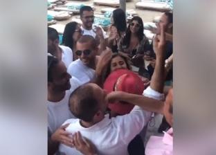 """فيديو.. عمرو دياب ودينا الشربيني يرقصان على أنغام """"قمرين"""" في اليونان"""