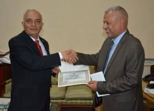 """""""حجازي"""" يكرم الفائز في المسابقة الثقافية للعاملين بديوان وزارة التعليم"""