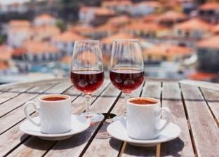 دراسة: تناول القهوة والكحول يساعد على إطالة العمر إلى أكثر من 90 سنة