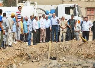محافظ سوهاج يتفقد أعمال شفط مياه الصرف الصحي من أحد الشوارع