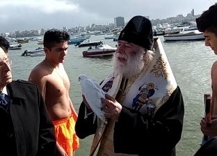 3 شباب يتسارعون لإحضار الصليب من البحر احتفالا بعيد الغطاس بالإسكندرية