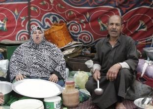 زوجان جاءا من كفر الشيخ لخدمة زوار آل البيت بتوزيع الفتة