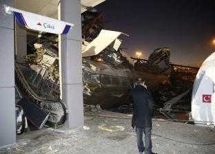 بالصور| سقوط مصابين وانقلاب عربيتين.. تفاصيل تحطم قطار في تركيا