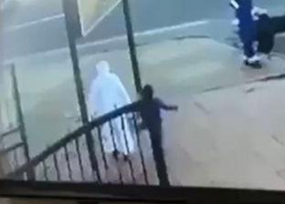 بالفيديو| اصطدام سيارة بسعودي ونجله أثناء عبورهما الطريق