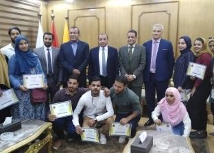 رئيس جامعة بنى سويف يكرم الموظفين المحالين على المعاش