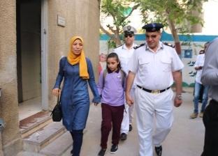 مساعد مدير أمن السويس يصطحب ابنة شهيد لمدرستها