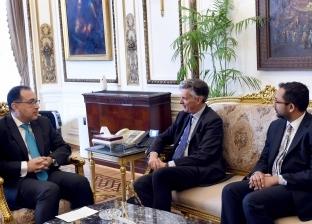 بالصور| رئيس الوزراء يبحث مع سفير بريطانيا بالقاهرة تعزيز التعاون بين البلدين