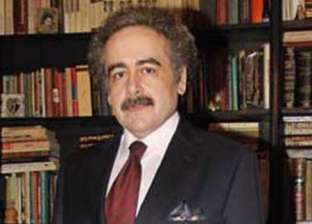 """رئيس اتحاد الكتاب يوقع """"قصيدة النثر والتفات النوع"""" بمعرض البحرين"""