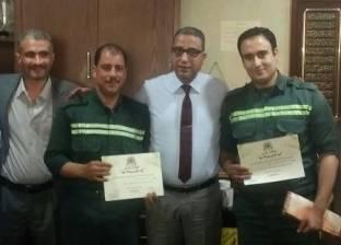 """رئيس هيئة الإسعاف المصرية يكرم مسعفين لـ""""أمانتهما"""""""