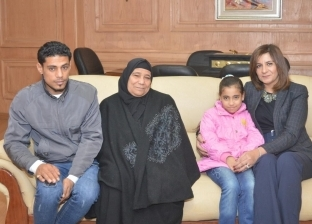 """وزيرة الهجرة تستقبل أسرة """"شهيد الشهامة"""".. ووديعة بنكية باسم ابنته"""