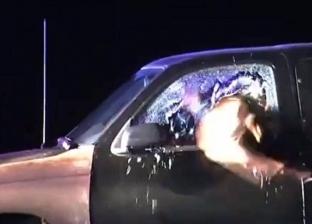 """فيديو.. كلب """"بطل"""" يخترق زجاج السيارة للقبض على هارب من العدالة"""