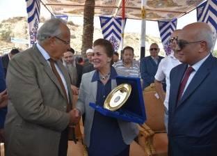 نادية عبده تهدي وزير التنمية المحلية درع المحافظة