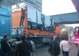 رفع آثار حادث اصطدام نقل ثقيل بكوبري للمشاة في شبرا الخيمة