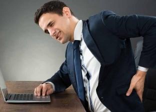 دراسة: الجلوس على المكاتب بانحناء يخفف ألم المفاصل والعضلات