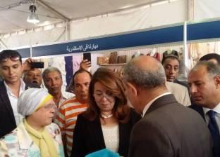 """والي تفتتح معرض """"ديارنا"""" بالإسكندرية وتشترى الحلوى من إحدى العارضات"""