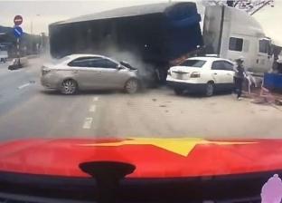 بالفيديو| مشهد يحبس الأنفاس.. نجاة امرأة وطفلها من حادث مرعب