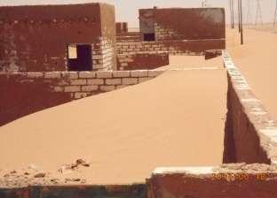 الكثبان الرملية تبتلع القرى والطرق فى الوادى الجديد