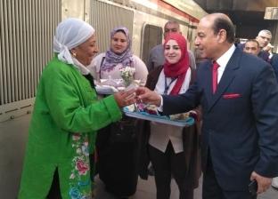 """توزيع هدايا عيد الأم في قطارات """"السكة الحديد"""""""