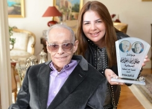 ابنة إبراهيم سعدة تنشر صورة لوالدها مع درع جائزة مصطفى وعلي أمين