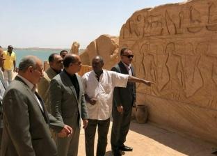 بالصور| وزير الطيران يتفقد مطاري أبوسمبل وأسوان