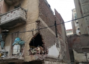 بالصور| سقوط أجزاء من عقار شرق الإسكندرية