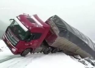 بالفيديو| لحظة انقلاب شاحنة على منحدر ثلجي بالصين