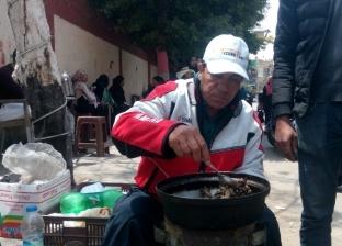 """50 عصفورة مقلية هدية """"محمد"""" لأهالي """"الشرابية"""": حلاوة أخر يوم استفتاء"""