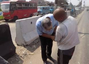 """رئيس مدينة ميت غمر يقبل يد """"مبتورة"""" لـ""""عامل نظافة"""""""