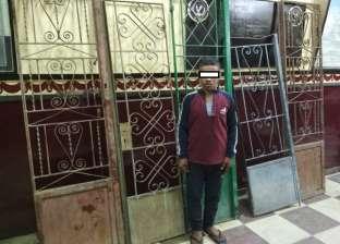 ضبط عامل يسرق أبواب المقابر بأبوتيج في أسيوط