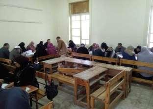 """وكيل """"تعليم كفر الشيخ"""" تتابع تصحيح أوراق إجابات الشهادة الإعدادية"""