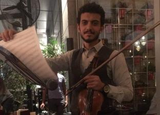 «أندرو» عازف كمان ينقل موسيقى الأوبرا إلى الشارع: تفاعل الناس كفاية