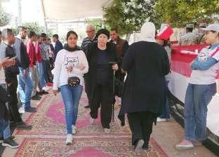 متطوعات يساعدن كبار السن في دخول اللجان الانتخابية بشيراتون