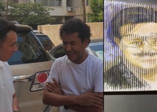 رسام يهدي لوحة فنية لرامي رضوان.. عند تحريكها تظهر صورة دلال وسمير