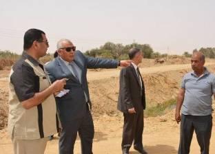 """محافظ الوادي الجديد يتفقد طريق """"25 يناير"""" ومشروع تغطية """"مصرف الخارجة"""""""
