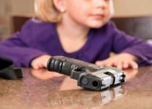 """طفلة 3 سنوات تقتل نفسها بـ""""مسدس"""" والدها"""