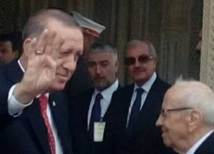 """روسيا اليوم: أردوغان يرفع شارة """"رابعة"""" في قصر قرطاج بتونس"""
