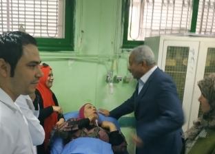 محافظ السويس يطمئن على حالة طالبات مدرسة التعاونيات الصناعية بحي فيصل