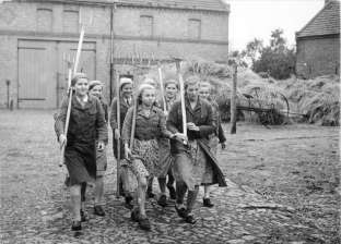 بالصور| لقطات نادرة لفتيات ألمانية في المعسكرات النازية الصيفية