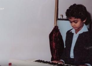 إسعاد يونس تعرض صورا لتامر حسني أثناء الطفولة: والده كان مطربا