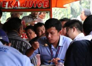 طهاة الشوارع في جاكرتا يقدمون وجبات بنكهات هندية عربية صينية