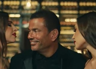 مفاجأة.. عمرو دياب يرتدي «حلق» في كليب إعلان عطره الجديد