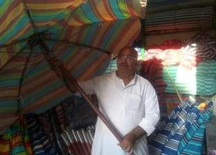 """""""عم خليل"""" يبيع مظلات الصيف منذ 20 عاما: """"تحيا مصر أشهر شمسية"""""""