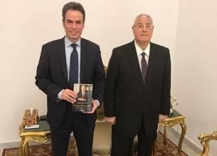 """أحمد المسلماني يهدي عدلي منصور نسخة من كتابه """"الهندسة السياسية"""""""