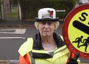 بالفيديو| جدة بريطانية تنظم المرور لـ48 عامًا: مهمتي سلامة الأطفال