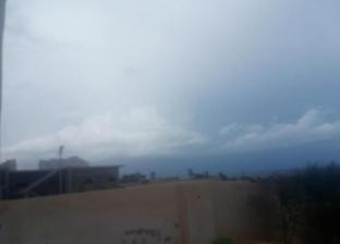"""سقوط أمطار غزيرة على مرسى مطروح.. ومواطن: """"بشاير الشتاء هلت"""""""
