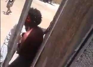 """أول فيديو لضرب شاب من قبل أهالي """"ميت فضالة"""" لاتهامه بمحاولة خطف طفل"""
