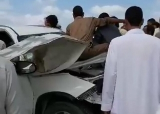 إصابة شخص وتحطم سيارة في سقوط لوحة إعلانات على طريق مطروح-الإسكندرية