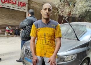 بقدم مبتورة.. «محمد» في الصفوف الأولى لمساعدة مصابي عقار جسر السويس