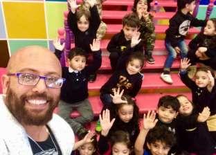 """تشجعهم على حب مصر.. """"بلبل"""" معلم يقدم أغاني أطفال على أنغام المهرجانات"""